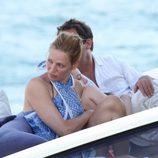 Uma Thurman y Arpad Bosson en una lancha en las playas de Saint Tropez