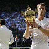 Andy Murray posando con el trofeo del torneo de Wimbledon 2013