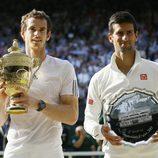 Andy Murray y Novak Djokovic posando con sus respectivos trofeos de Wimbledon 2013