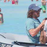 Carles Puyol en una lancha para surcar las aguas de Ibiza
