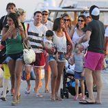Cesc Fábregas, Daniella Semaan, Leo Messi y Antonella Roccuzzo con sus hijos en Ibiza