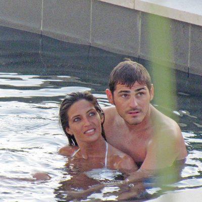 Iker Casillas y Sara Carbonero abrazados en una piscina en el Caribe