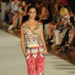 Clara Alonso desfilando para Custo Barcelona en la 080 Barcelona Fashion