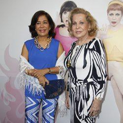 Elena Tablada y su madre en la presentación de la obra de teatro 'Más sofocos' en Madrid