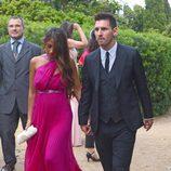 Leo Messi y Antonella Rocuzzo llegan a la boda de Xavi Hernández y Nuria Cunillera