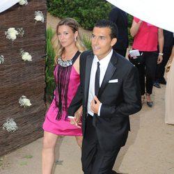 Pedro y Carol Martín en la boda de Xavi Hernández y Nuria Cunillera
