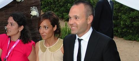 Andrés Iniesta y Anna Ortiz en la boda de Xavi Hernández y Nuria Cunillera