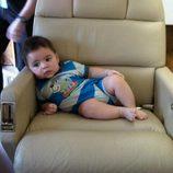 Milan Piqué Mebarak muy cómodo en el asiento de un avión