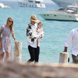 Uma Thurman, Arpad Busson y su hija Luna en el muelle durante sus vacaciones en Francia