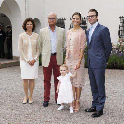 Posado de los Reyes de Suecia y los Príncipes herederos con su hija Estela por el 36 cumpleaños de la Princesa Victoria