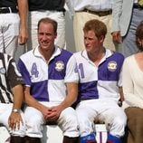 Los Príncipes Guillermo y Harry de Inglaterra en un torneo benéfico de polo