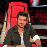 Antonio Orozco posando en su silla en la presentación de la segunda edición de 'La Voz'