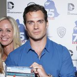 Henry Cavill con el primer tomo de 'Superman' en el Comic-on 2013