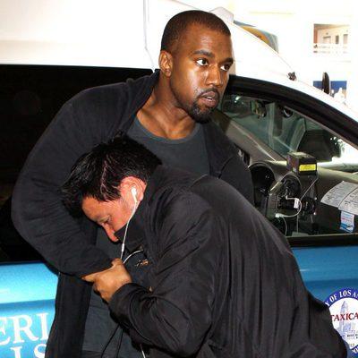 Kanye West peleándose con un fotógrafo