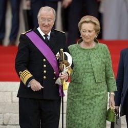 Los reyes Alberto II y Paola de Bélgica a su llegada a la catedral de San Miguel y Santa Gúdula de Bruselas