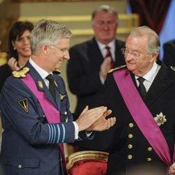 El Rey Alberto II y el Príncipe Felipe durante la ceremonia de abdicación del trono belga