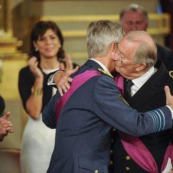 El Rey Alberto II besa a su hijo el Príncipe Felipe durante la ceremonia de abdicación