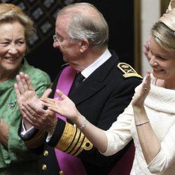 La Reina Paola, el Rey Alberto II y la Princesa Matilde de Bélgica en el juramento del Príncipe Felipe