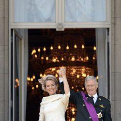 El Rey Felipe y la Reina Matilde saludan desde el balcón del Palacio Real de Bruselas