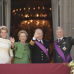 Los Reyes de los Belgas y los herederos saludan desde el balcón del Palacio Real de Bruselas