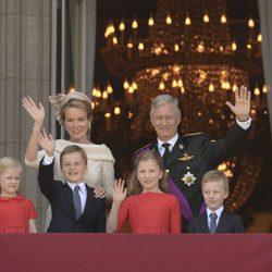 La Familia Real belga saluda desde el balcón del Palacio Real de Bruselas