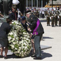 El Rey Felipe de Bélgica deposita una corona en la Tumba del Soldado Desconocido