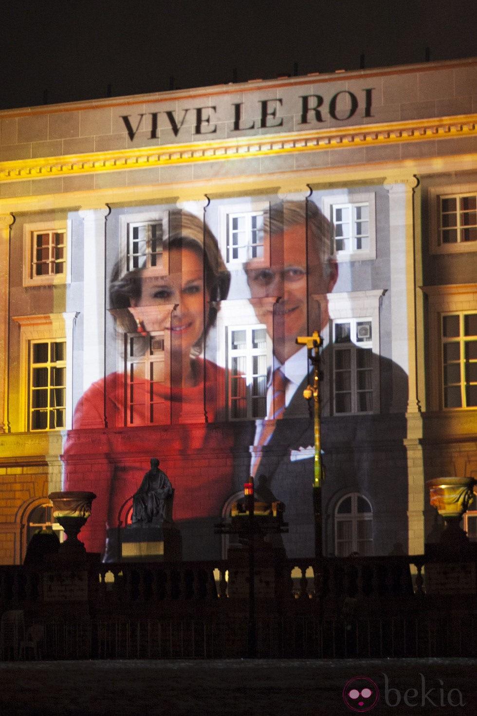Foto proyectada de los Reyes Felipe y Matilde de Bélgica en los festejos de la coronación