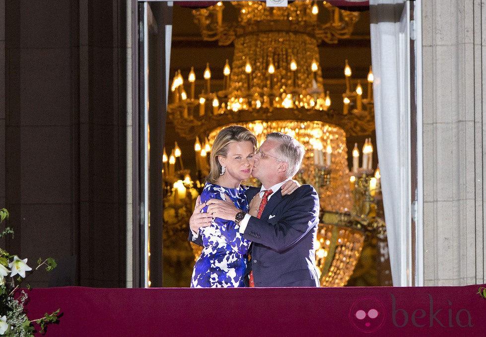 El Rey Felipe de Bélgica besa a la Reina Matilde en los actos finales de su coronación