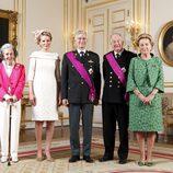 Retrato oficial de los Reyes Felipe y Matilde de Bélgica con los Reyes Fabiola, Alberto y Paola