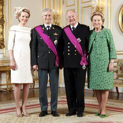 Primer retrato oficial de los Reyes Felipe y Matilde de Bélgica con los Reyes Alberto y Paola
