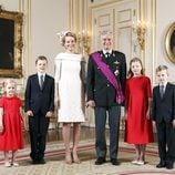 Primer retrato oficial de los Reyes Felipe y Matilde de Bélgica con sus cuatro hijos