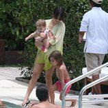 Kourtney Kardashian y Scott Disick con sus dos hijos en una piscina de Miami