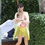 Kourtney Kardashian en una piscina de Miami con su hija Penelope Disick