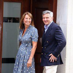 Los padres de Kate Middleton visitan a su primer nieto en el hospital
