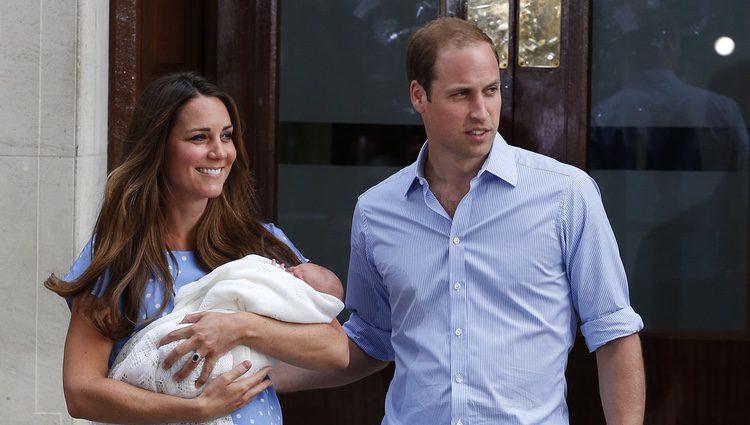 Los Duques de Cambridge presentan a su primer hijo