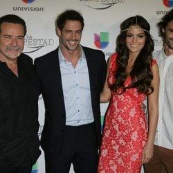 Los actores posando durante la premier de la telenovela 'La Tempestad' en Los Ángeles