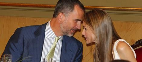 Los Príncipes Felipe y Letizia charlando en la entrega del Premio Luis Carandell