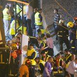 Los bomberos mueven objetos desprendidos del tren accidentado en Santiago