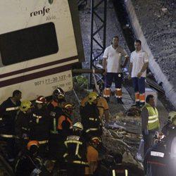 Descansan después de una dura faena tras el accidente de un tren en Santiago de Compostela