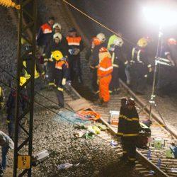 Los bomberos trabajan después del accidente de un tren en Santiago de Compostela