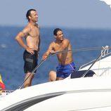 Carlos Moyá y Rafa Nadal en un barco en Mallorca