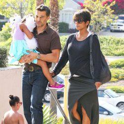 Halle Berry, Olivier Martínez y Nahla acuden al cine en California