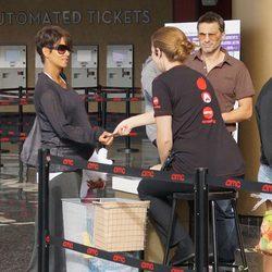 Halle Berry, Olivier Martínez y Nahla entrando en el cine de California