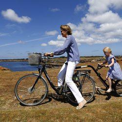 La Reina Matilde y Leonor de Bélgica en bicicleta durante sus vacaciones en Francia