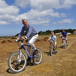 El Rey Felipe con Gabriel y Emmanuel de Bélgica en bicicleta durante sus vacaciones en Francia