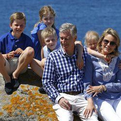 Los Reyes de Bélgica posan con sus cuatro hijos de vacaciones en Francia