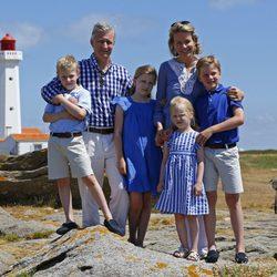 Felipe y Matilde de Bélgica con sus hijos en sus primeras vacaciones como Reyes