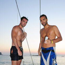 Zeus Tous y Dj Ariel con el torso desnudo en la grabación de un videoclip en Ibiza