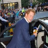El Príncipe Harry en su primer acto oficial tras el nacimiento de su sobrino el Príncipe Jorge