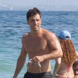 David Bustamante luce cuerpo en bañador saliendo del agua en Ibiza